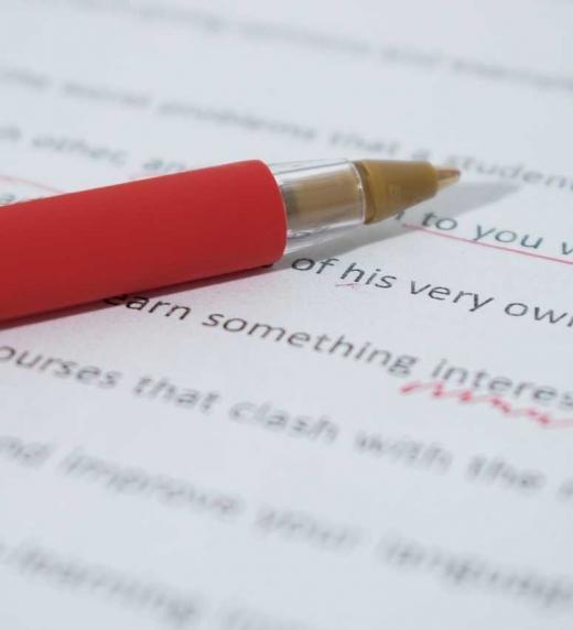 Hoja impresa con correcciones de estilo y de ortotipografías hechas con bolígrafo rojo para su posterior edición.
