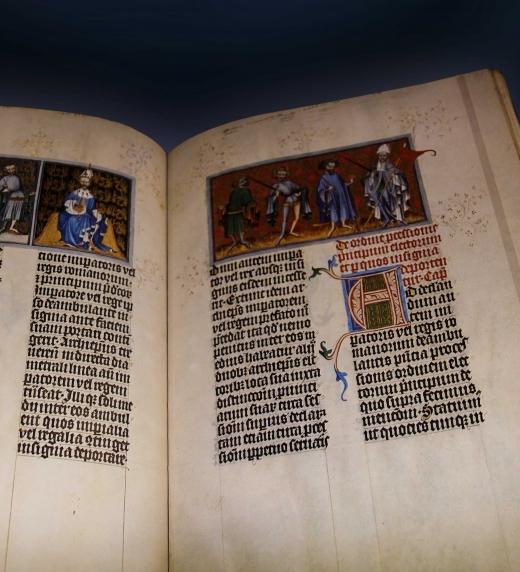 Libro medieval que muestra una composición de página con sección áurea, a dos columnas, tipografía gótica, letra capitular y ornamentos a mano alzada, más dos fotografías en la parte superior.