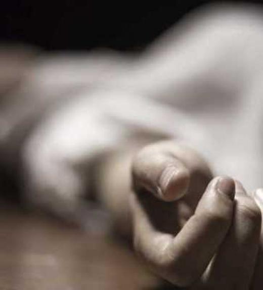 Aparece muerta en el patio de vecinos de la madre de Gracia. Aparentemente, se tira desde un sexto piso con una nota pegada a la falda.