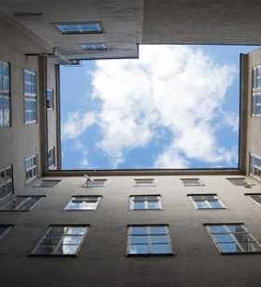 Patio del bloque de edificios donde se suicida La Impugnada desde un sexto piso con una nota pegada a la falda. La encuentran los vecinos.