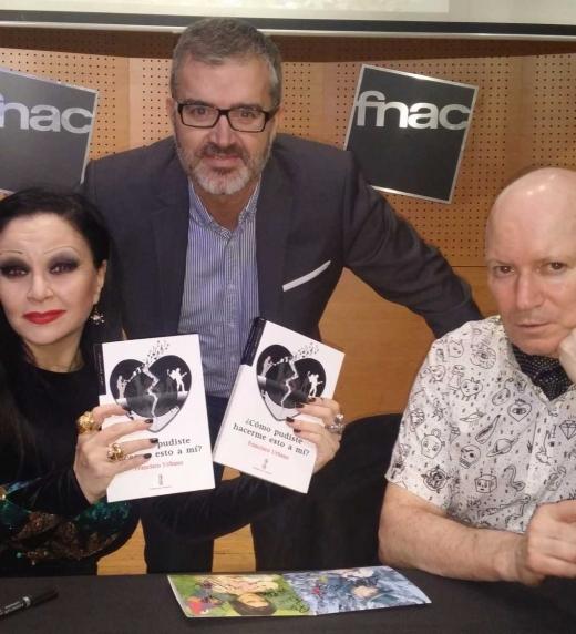 Entrega de mi primera novela a Alaska y Nacho Canut (Fangoria) durante su firma de discos en Barcelona