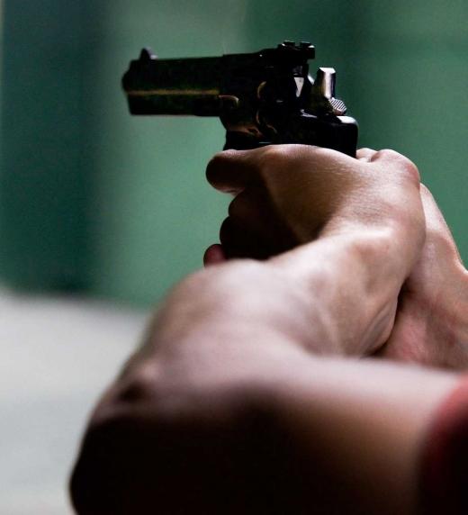 Un hombre apunta con una pistola