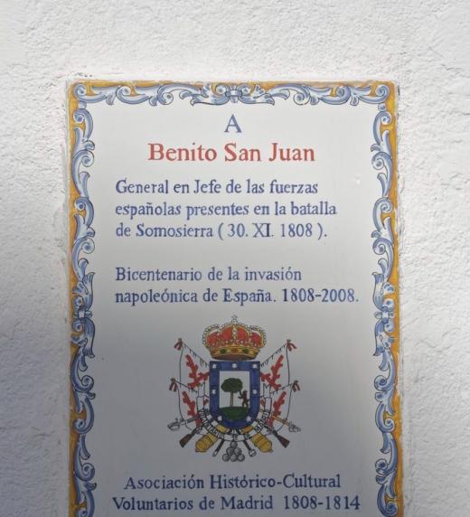 Placa de homenaje a Benito San Juan colocada con el patrocinio de la Asociación Histórico-Cultural Voluntarios de Madrid en la ermita de Nuestra Señora de la Soledad de Somosierra en conmemoración del segundo centenario de la batalla.