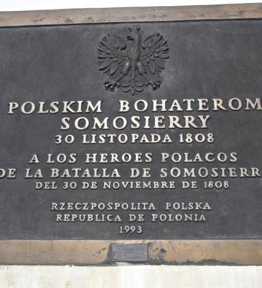 Placa en homenaje a los polacos caídos en la batalla de Somosierra, instalada en 1993 en la ermita de Nuestra Señora de la Soledad de Somosierra por el gobierno polaco.
