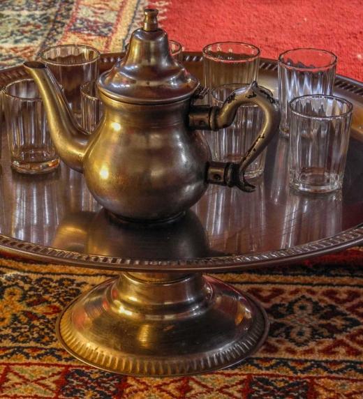 Tetera típica y vasos utilizados por los beduinos.