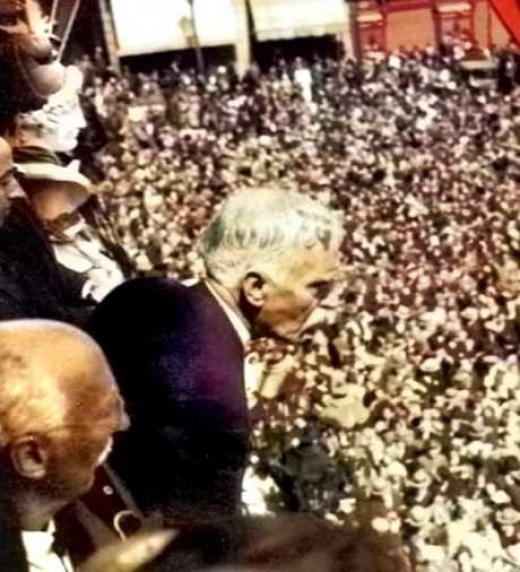 Francesc Macià adreçant-se a les multituds des del balcó de la Generalitat