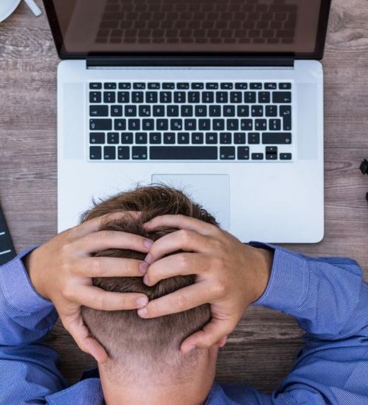 escritor en modo bloqueo delante del ordenador