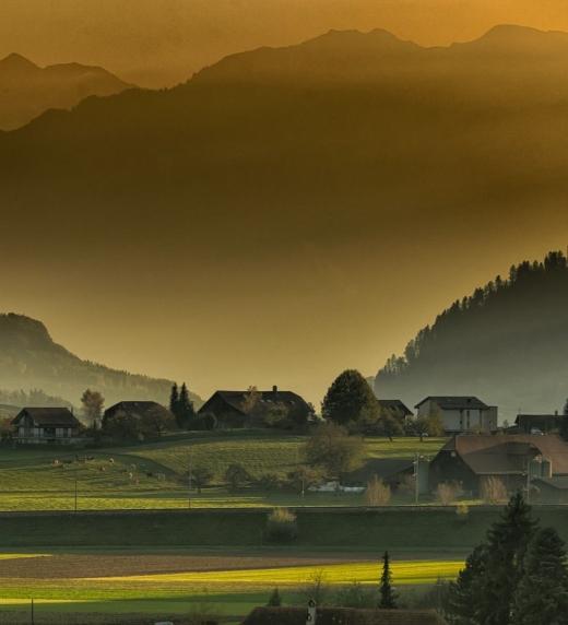 pueblo en la montaña donde se retira el protagonista
