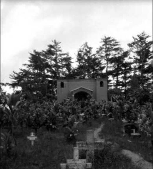 Camposanto. Santiago Zacatepec Mixes, Oaxaca, México. Se observa el camino que lleva a la ermita donde se ofician las misas de los muertos.