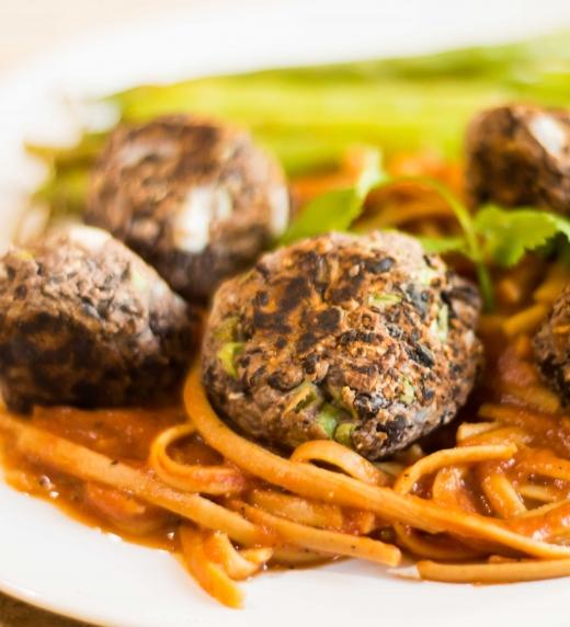Fotografia de albondigas con spaguetti, receta que aparece en el libro