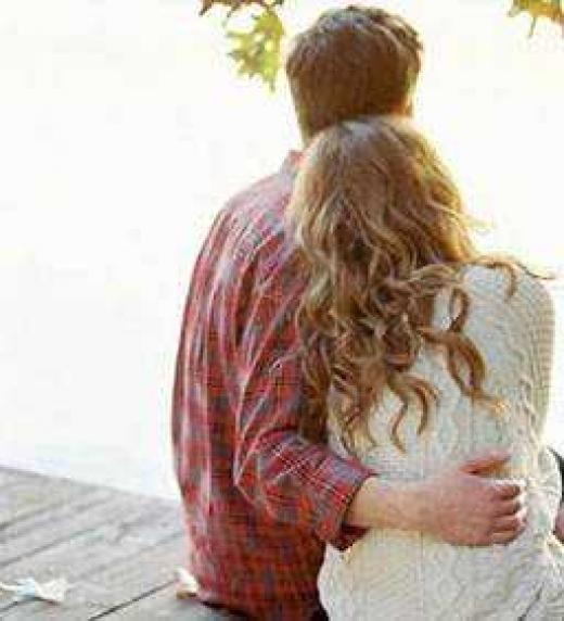 Una pareja de enamorados soñando con un futuro que quizás sea una realidad o solo siga siempre siendo un sueño