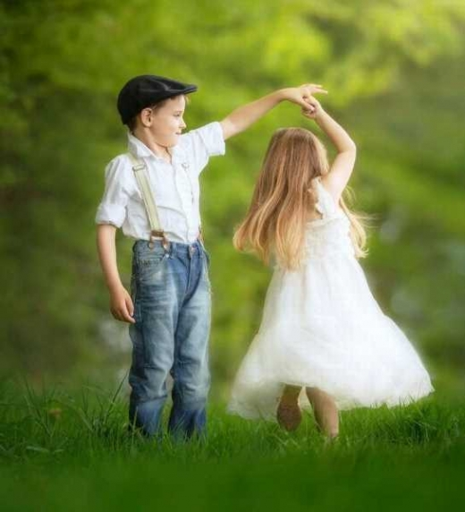 Dos niños que juegan de pequeños sin imaginar lo que la vida les depara.