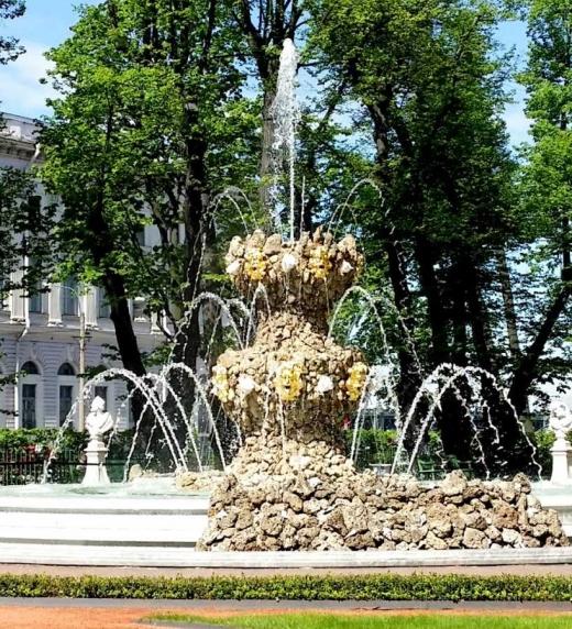 Fuente redonda, rodeada de figuras mitológicas, situada en el jardín de verano de San Petersburgo (Rusia)