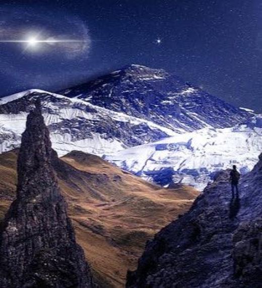 La soledad del montañero antes de comenzar a escalar una montaña.
