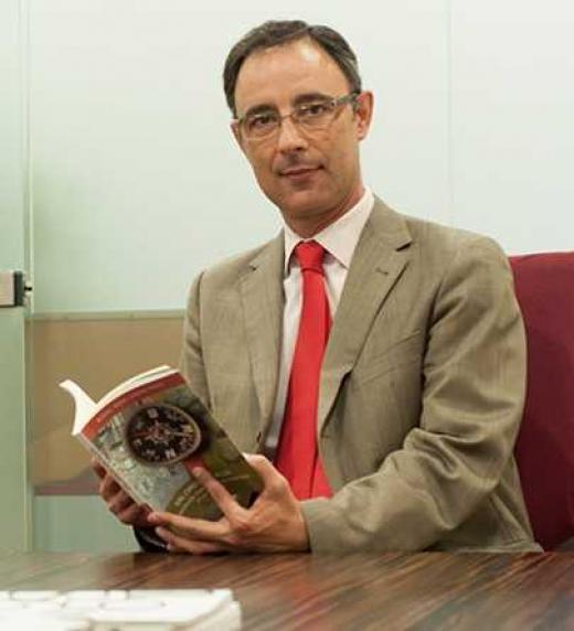 con el libro en mi oficina