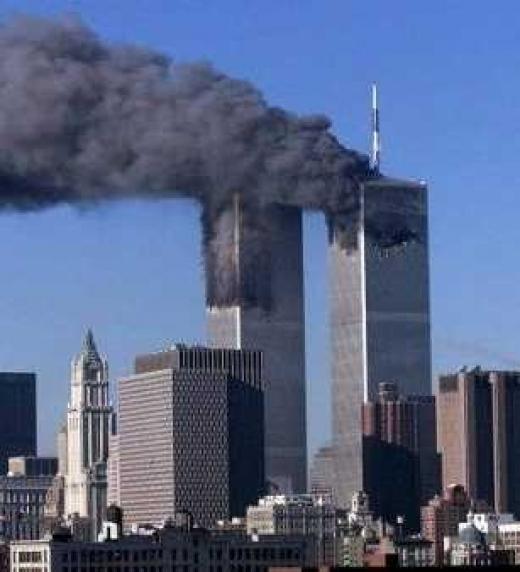 Las Torres Gemelas sufren el impacto de un avión comercial producto de un ataque yihadista.