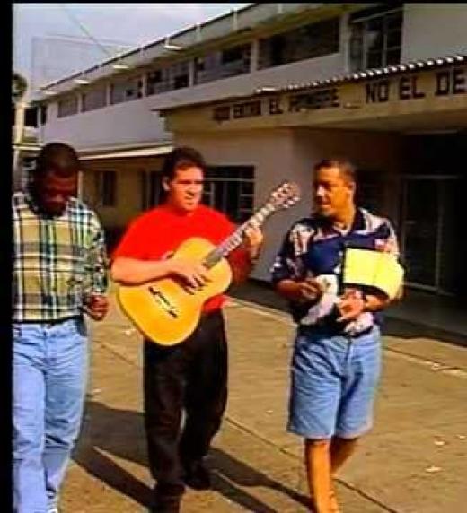 Aquí vemos al genio Jairo Varela (Q.E.P.D) ensayando con sus Músicos, el cantante Willy García. Dentro de la Cárcel de Villahermosa en Cali.