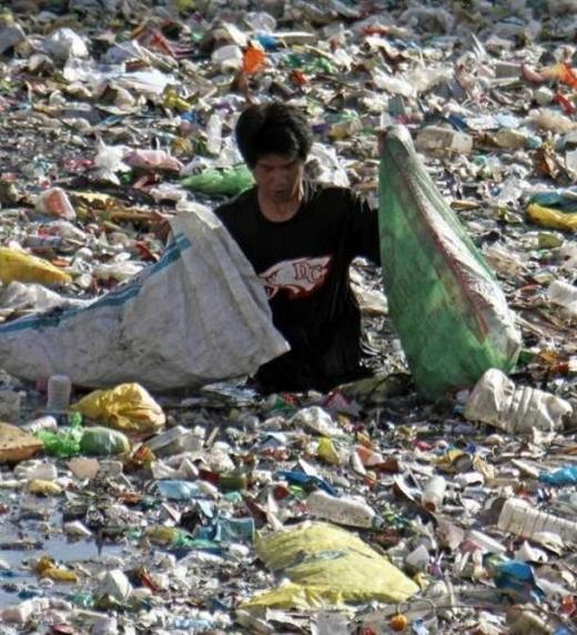 Situación grave y crítica del problema que hay con el medio ambiente. Hombre entre un mar de plásticos.