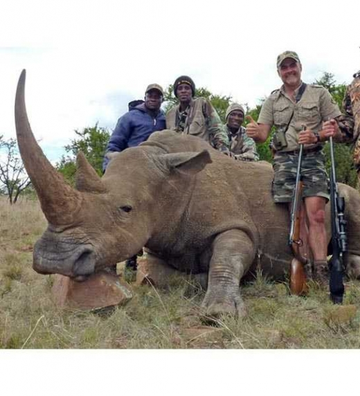 Cazador posando junto con un rinoceronte en Sudáfrica. Stop al maltrato animal