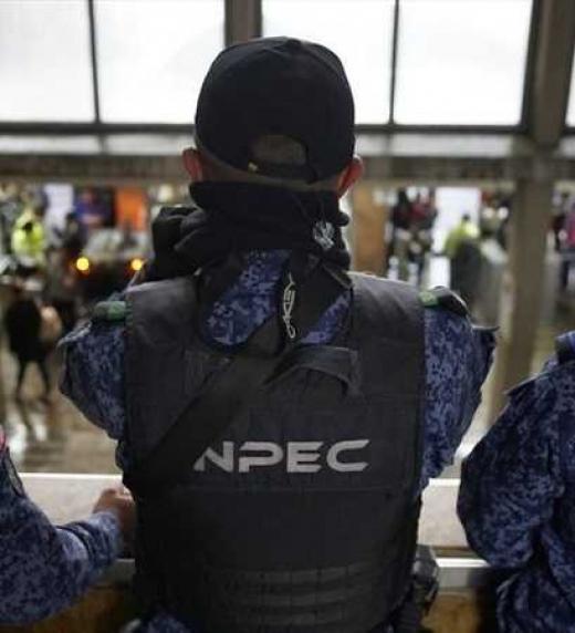 Capturan a funcionarios del INPEC en Bogotá En los procedimientos judiciales, además del director de la cárcel, fueron detenidos el Capitán Néstor Daniel Bernal Reyes, jefe de vigilancia de los patios; Yovanny Esteban Rincón Cardozo, conductor del di