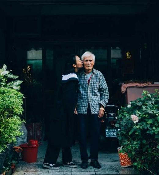 Abuelo en la puerta del geriátrico con Auxiliar de geriatría