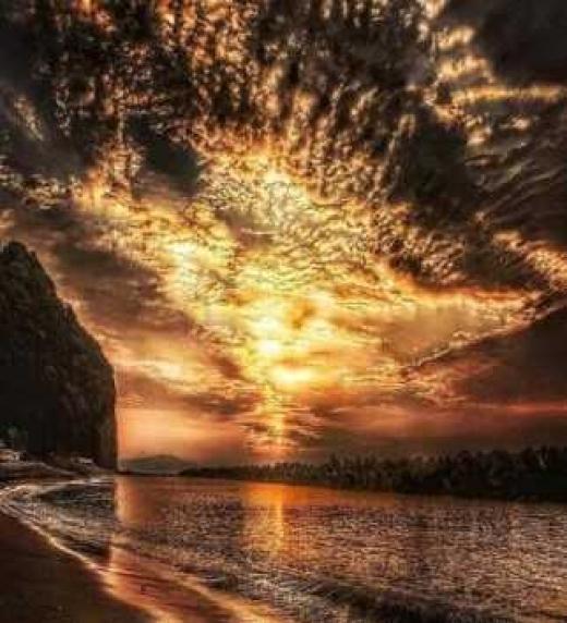La puesta de sol, aunque bella, supone la llegada del enemigo. La noche será larga.