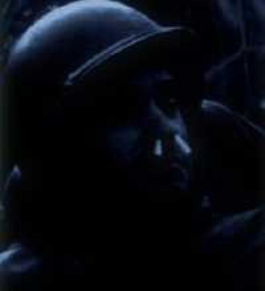 El hedor en la trinchera es tal que el protagonista se ve obligado a introducirse cigarrillos partidos en las fosas nasales.