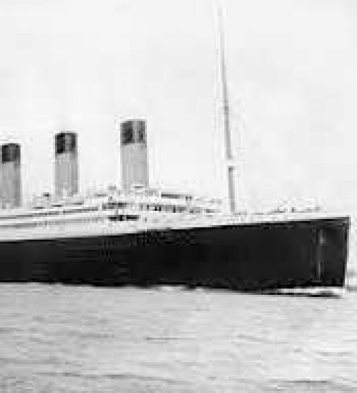 En su búsqueda de la verdad, termina montado en el legendario Titanic