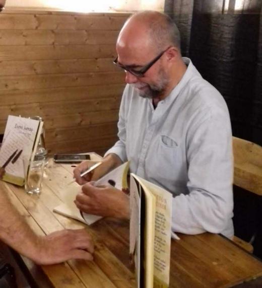El autor firma de ejemplares del libro tras la presentación en Madrid