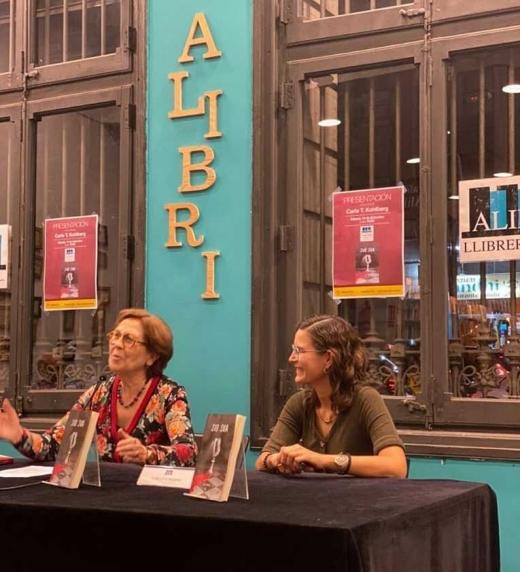 Anna Estany, catedrática de filosofía de la ciencia en el Departamento de Filosofía de la Universidad Autónoma de Barcelona, presentando el libro Sub Sua de Carla T. Kohlberg, en la librería Alibri en Barcelona
