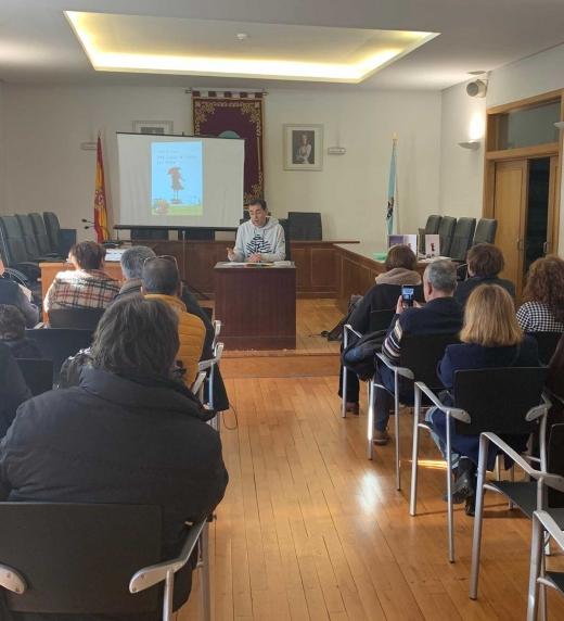 Durante la presentación del poemario en Ribadavia.
