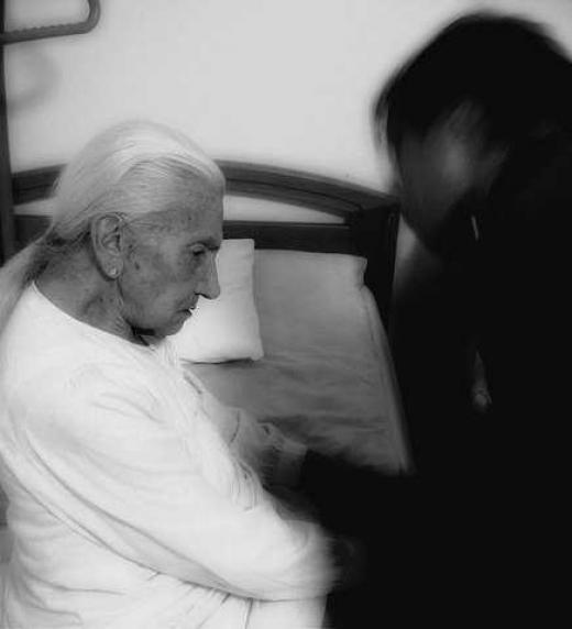 Dos mujeres ancianas con conocimientos para liberarlos del acechador