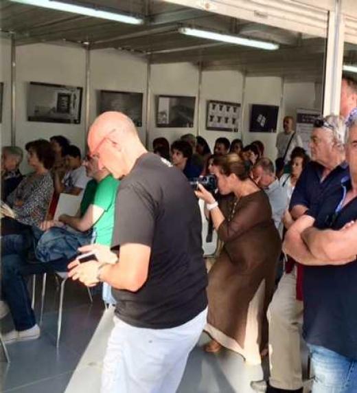 Asistentes a la presentación de El émulo de Reginald Perrin en la Feria del Libro de A Coruña