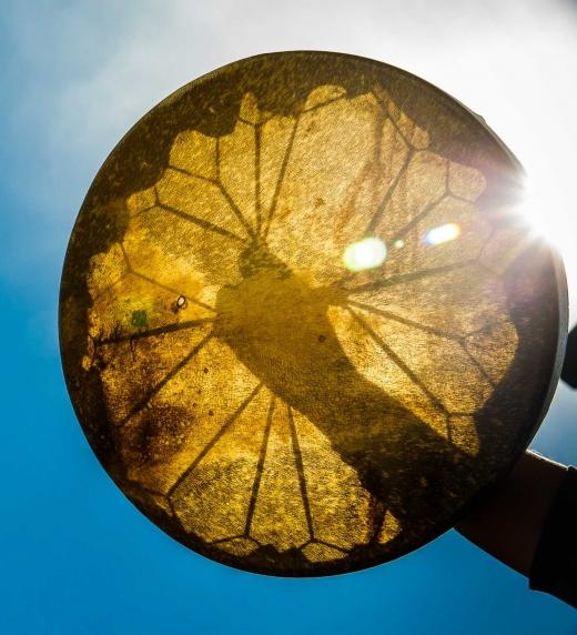 Foto del tambor chamánico creado por el autor del libro LA MUERTE Y EL CHAMAN: LA ÚLTIMA LECCIÓN DE AMOR DE MI MADRE (no ficción)