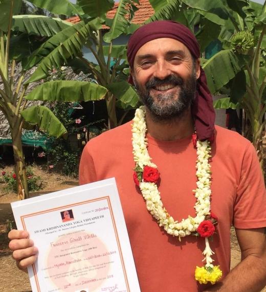 Foto del autor, F. Giralt Vilella, en al India a finales de 2019, después de sacarse el título de profesor de Yoga.