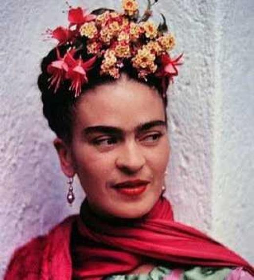 Magdalena Carmen Frida Kahlo Calderón fue una pintora mexicana.? Su vida estuvo marcada por el infortunio de sufrir un grave accidente en su juventud que la mantuvo postrada en cama durante largos periodos, llegando a someterse hasta a 32 operaciones