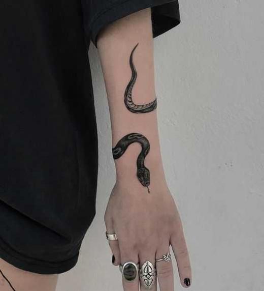 El tatuaje de una serpiente en su brazo da una pista a Urana