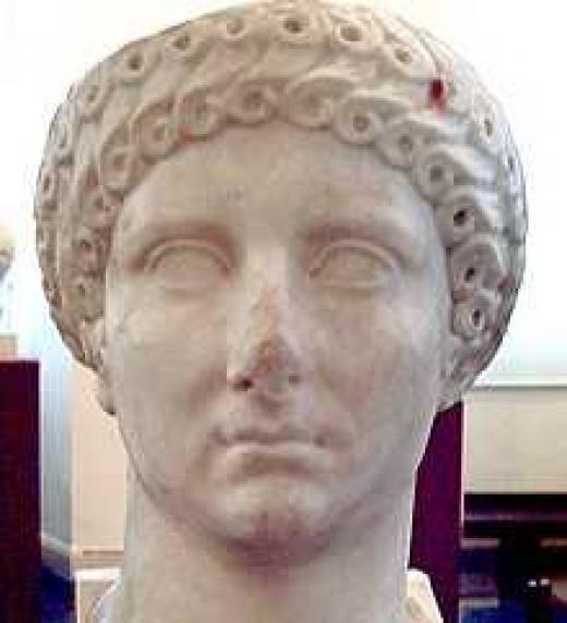 Considerada en la Antigüedad una dama de espíritu noble y moralidad impecable, Agripina la Mayor es uno de los pocos miembros de la familia imperial que ha disfrutado de buena reputación tanto en las fuentes literarias contemporáneas a ella como en l