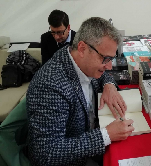 Manel Salcedo firmando en la feria del libro