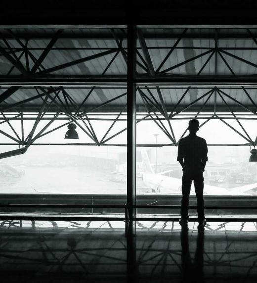 Un hombre esperando a hacer un viaje