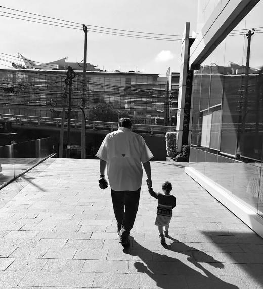 Una de las 3 fotos donde el autor Juan Antonio está con su nieta. El valor de la familia