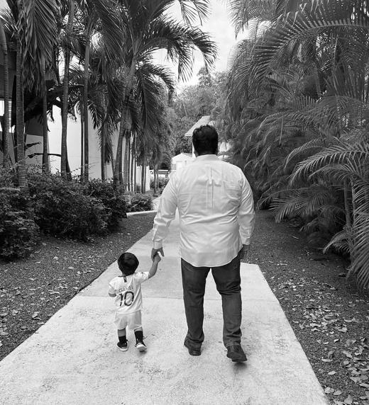 Juan Antonio caminando con uno de sus nietos. El valor de la familia en la vida y en la jubilación
