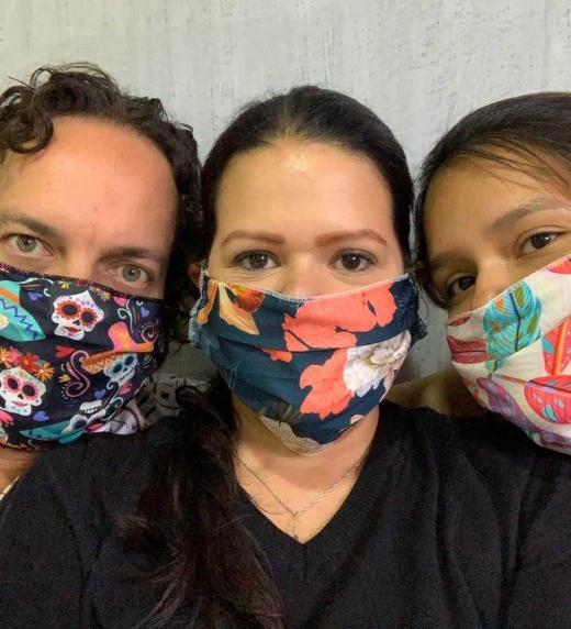 Lilian Contreras estrenando el nuevo accesorio de moda del 2020 con su familia: tapabocas hechos a mano en Bogotá.