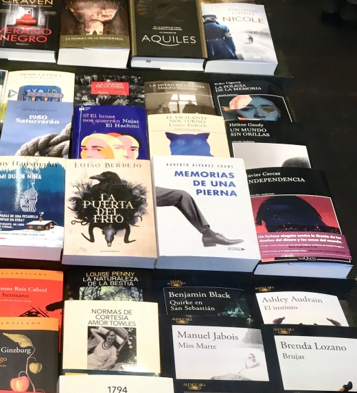 """Imagen del libro """"Memorias de una pierna"""" en el escaparate de la librería Donosti en la plaza de Bilbao de Donostia."""