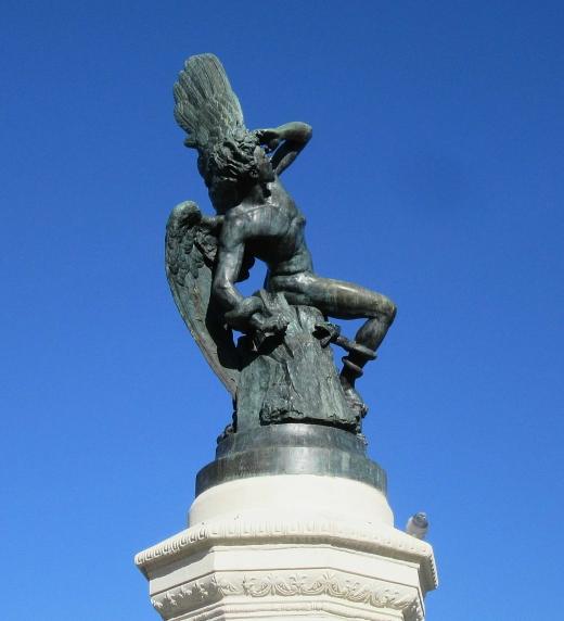 La Estatua del Angel Caído es la escultura más dramática que he visto. Se encuentra dentro del parque de El Retiro y es imagen de portada del libro El Maldito Virus. Fotografía de Olivier Rodriguez.