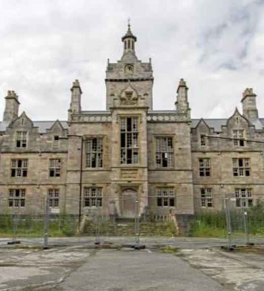 Hospital psiquiátrico (ya abandonado) de Denbigh, Gales, lugar donde empieza la historia.