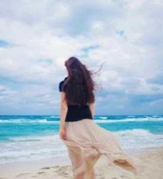 Recuerdo de una misteriosa joven junto al mar... ¿quién será y por qué es tan importante?