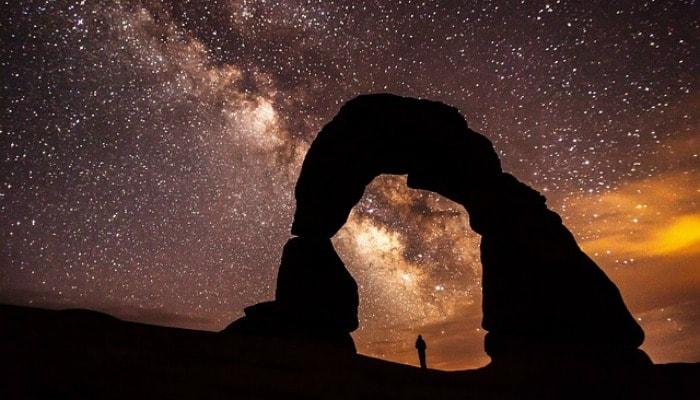persona contemplando el universo del SEO